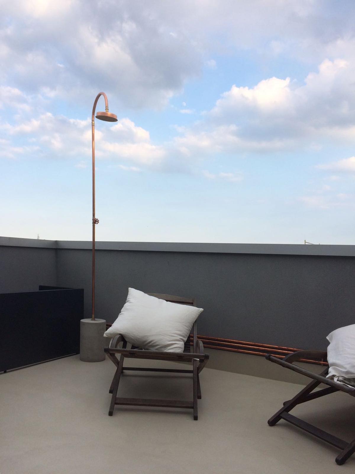 Dettaglio di un terrazzo esterno con pavimento in resina Archivi ...
