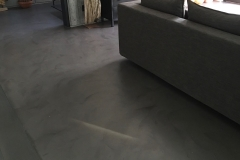 Salotto con resina effetto cemento